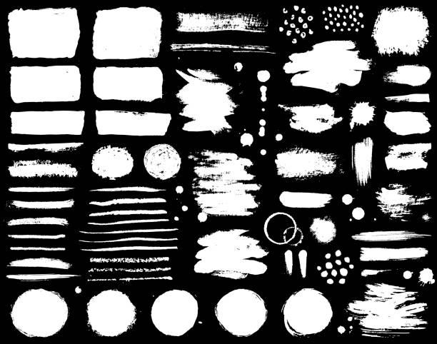 pinselstriche und farbflecken auf schwarzem hintergrund isoliert. satz von grunge vektor-design-element für pinsel textur, rahmen, hintergrund, banner oder text-boxen. freihand-zeichnung sammlung. - kreide weiss stock-grafiken, -clipart, -cartoons und -symbole