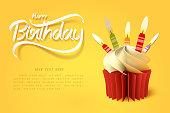 ケーキのカップの紙の芸術と幸せな誕生日の書道の手のレタリング