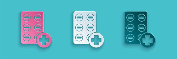 papier geschnitten pillen in blisterpackung symbol isoliert auf blauem hintergrund. medizinische sdrug-packung für tablette, vitamin, antibiotikum, aspirin. papier-kunst-stil. vektor-illustration - schmerzmittel stock-grafiken, -clipart, -cartoons und -symbole
