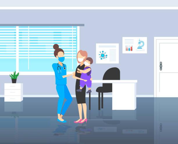 illustrations, cliparts, dessins animés et icônes de pédiatre dans l'examen masque enfant garçon patient visite médecin avec la mère coronavirus lutte contre le virus pandémique - enfant masque