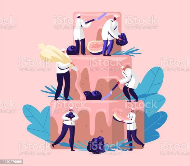 Mensen Koken Feestelijke Taart Met Room En Bessen Tiny Personages In Chef Uniform En Cap Decoreren Enorme Pie Teamwork Bakkerij Giant Dessert Voor Verjaardag Of Bruiloft Cartoon Platte Vector Illustratie Stockvectorkunst en meer beelden van Bakkerij