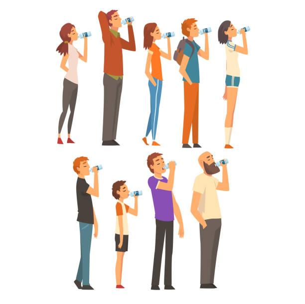 illustrations, cliparts, dessins animés et icônes de personnes buvant l'eau de l'ensemble de bouteilles en plastique, hommes, femmes et enfants appréciant boire l'illustration fraîche de vecteur d'eau propre - boisson