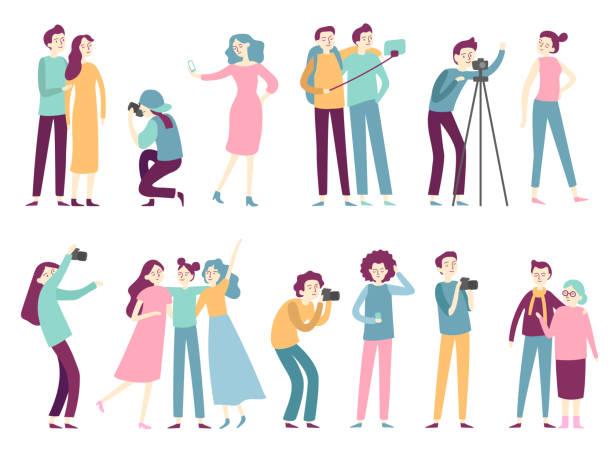 illustrazioni stock, clip art, cartoni animati e icone di tendenza di persone che scattano foto. la donna scatta foto selfie, posando per il fotografo professionista e l'uomo che tiene piatta la fotocamera fotografica - video call
