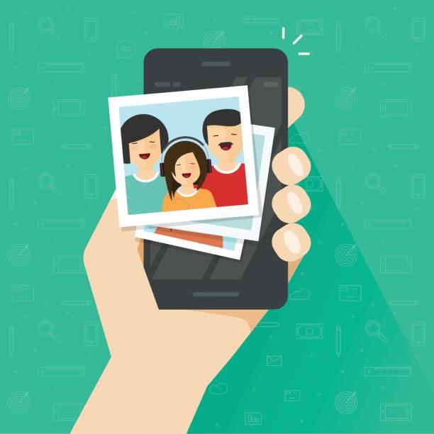 携帯電話フラット漫画、スマート フォン ベクトル イラスト、携帯電話で家族の写真をフォト アルバムにフォト ギャラリー - 家族写真点のイラスト素材/クリップアート素材/マンガ素材/アイコン素材