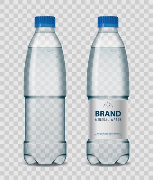 illustrations, cliparts, dessins animés et icônes de bouteille en plastique avec de l'eau minérale avec bouchon bleu sur fond transparent. illustration vectorielle de bouteille réaliste maquette - bouteille d'eau