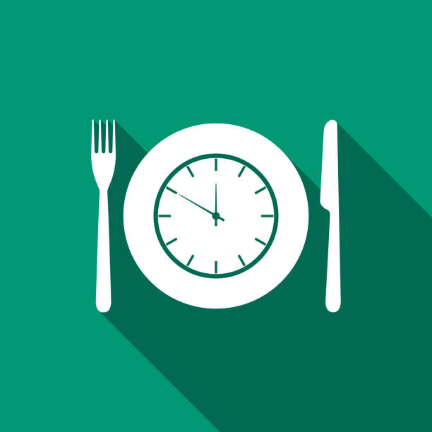 platte mit uhr, messer und gabel-symbol isoliert mit langen schatten. mittagszeit. essen, ernährung regime, mahlzeit zeit und diät-konzept. flaches design. vektor-illustration - mittagessen stock-grafiken, -clipart, -cartoons und -symbole