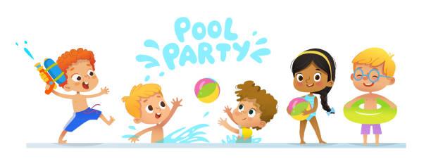 Pool Party Einladung Vorlage Baner. Gemischtrassig Kinder haben Spaß im Pool. Rothaarige junge mit einer Spielzeugpistole Wasser in einen Pool springen. Kinder spielen mit einem Ball im Wasser. – Vektorgrafik