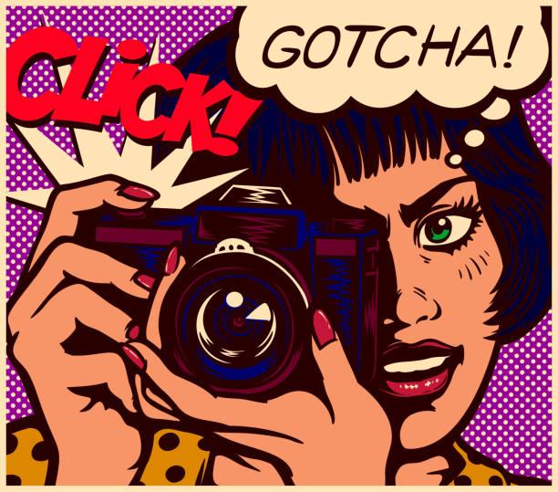stockillustraties, clipart, cartoons en iconen met popart strips stijl paparazzi vrouwelijke verslaggever fotograaf meisje nemen foto met vintage foto camera vectorillustratie - journalist