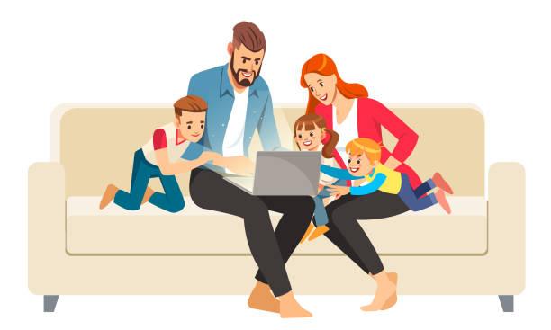 一個快樂的家庭的肖像,使用筆記本電腦坐在家裡的電腦。卡通風格的向量插圖。 - family home 幅插畫檔、美工圖案、卡通及圖標