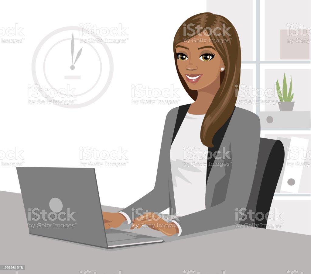Hubsche Schwarze Geschaftsfrau Auf Laptop Im Buro Arbeiten