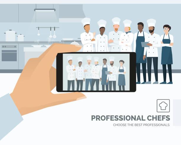 stockillustraties, clipart, cartoons en iconen met professionele chefs poseren in de keuken van het restaurant - voedsel en drank serveren