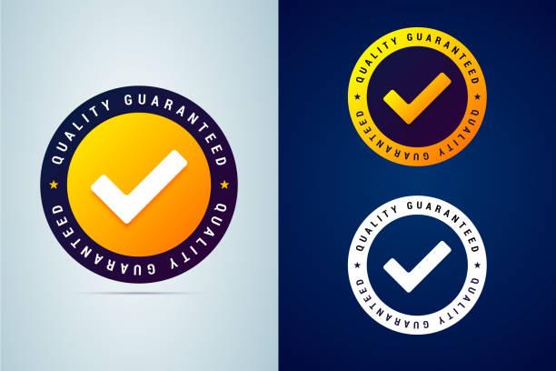 gwarantowana jakość - sprawdzona odznaka. ilustracja wektorowa z ikoną znacznika wyboru. - pieczęć znaczek stock illustrations