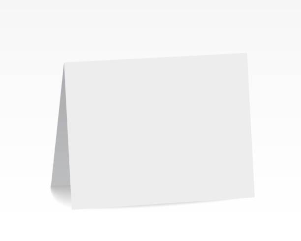 bildbanksillustrationer, clip art samt tecknat material och ikoner med realistiska stående vit blank vikta papper kort - vektor - bord