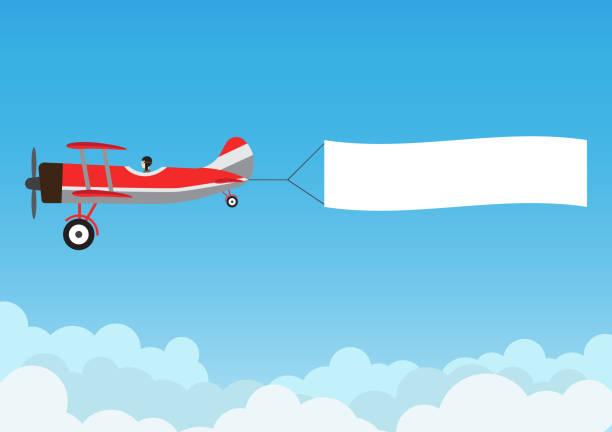 ilustraciones, imágenes clip art, dibujos animados e iconos de stock de retro avión volaba con banner de publicidad en azul cielo - ilustración vectorial - avión