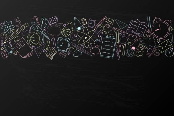 ilustraciones, imágenes clip art, dibujos animados e iconos de stock de antecedentes de la escuela con mano dibujado accesorios en pizarra. vector. - regreso a clases