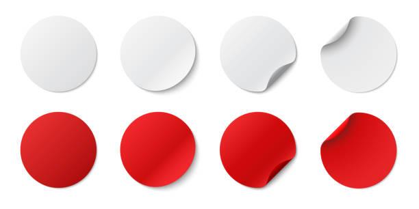 bildbanksillustrationer, clip art samt tecknat material och ikoner med ställ in cirkelhäftande symboler. vita taggar, papper runda klistermärken med peeling hörn och skugga, isolerade rundade plast mockup, realistiska röd runda papper lim klistermärke mockup med böjda hörn - etikett