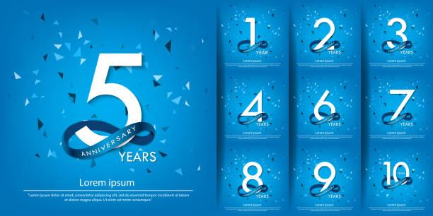 bildbanksillustrationer, clip art samt tecknat material och ikoner med 1-10 års jubileumsfirande emblem. årsdagen vit logotyp med blå cirkel band. vektor illustration mall design för webb, affisch, flygblad, gratulationskort och inbjudningskort - årsdag