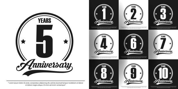 1.-10. yıldönümü kutlama amblemi seti. siyah ve beyaz yıldönümü logo damgası izole. web, poster, kitapçık, broşür, el ilanı, tebrik ve davet kartı için şablon tasarımı - yıllık olay stock illustrations