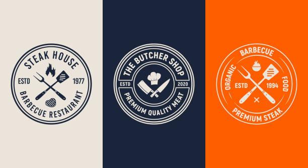 zestaw 3 logo grilla. projekt menu szablonu bbq. vintage emblematy restauracji. modny design. ilustracja wektorowa - przypinka stock illustrations