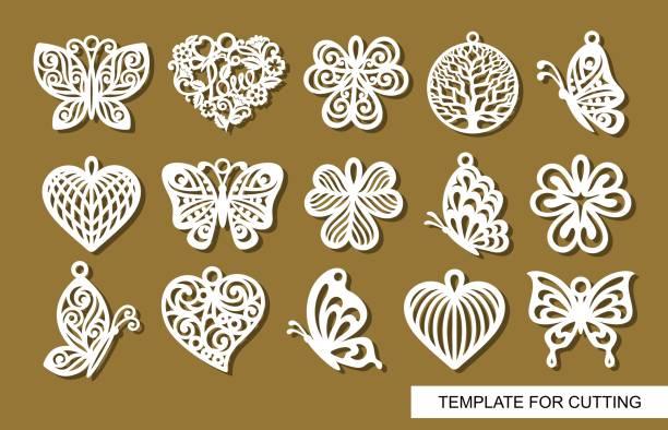 Conjunto de colgantes decorativos. Decoración en forma de mariposas a cielo abierto, hojas de trébol, árbol redondo de la vida y corazones de encaje. - ilustración de arte vectorial