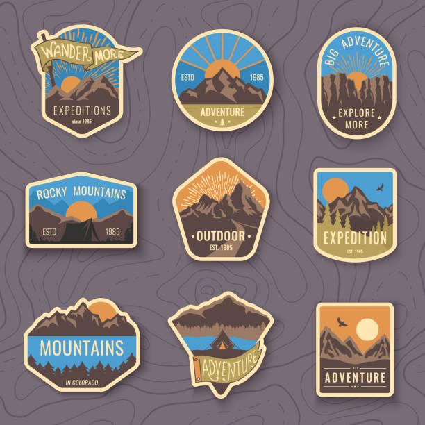 Satz von neun Berg Reisen Embleme. Camping outdoor-Abenteuer-Embleme, Abzeichen und Logo-patches. Bergtourismus, Wandern. Forest camp Etiketten im Vintage-Stil – Vektorgrafik