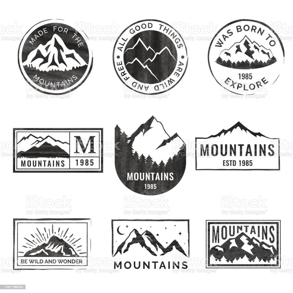 Conjunto de nove emblemas de viagens de montanha com textura grunge. Acampamento de aventura ao ar livre de emblemas, distintivos e patches. Turismo de montanha, caminhadas. Rótulos de acampamento de floresta no estilo vintage - Vetor de Acampar royalty-free