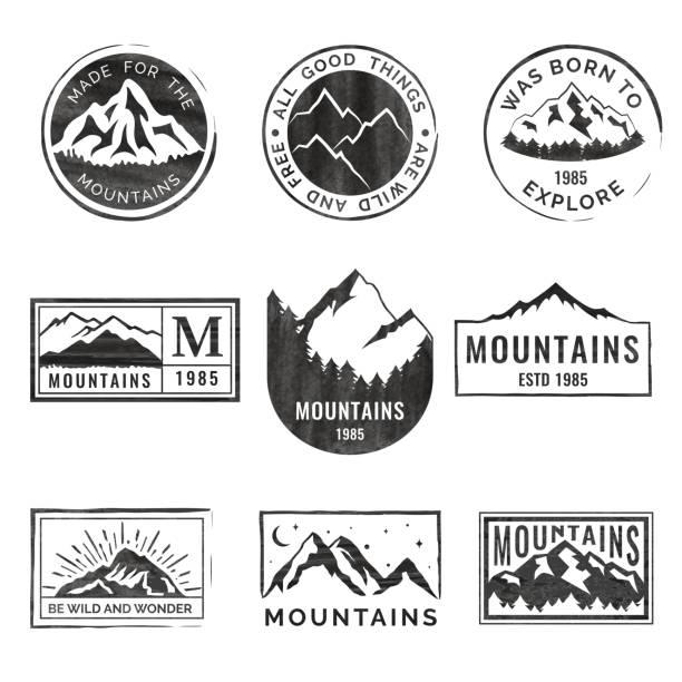 ilustrações, clipart, desenhos animados e ícones de conjunto de nove emblemas de viagens de montanha com textura grunge. acampamento de aventura ao ar livre de emblemas, distintivos e patches. turismo de montanha, caminhadas. rótulos de acampamento de floresta no estilo vintage - exterior