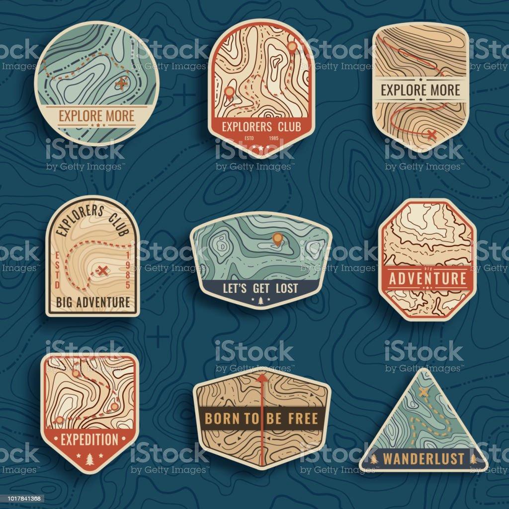 Conjunto de nueve emblemas de viajes de mapa topográfico. Logo parches, insignias y emblemas de aventura al aire libre. Etiquetas campos de bosque en estilo vintage. Patrón de mapa con textura de montaña y red - ilustración de arte vectorial