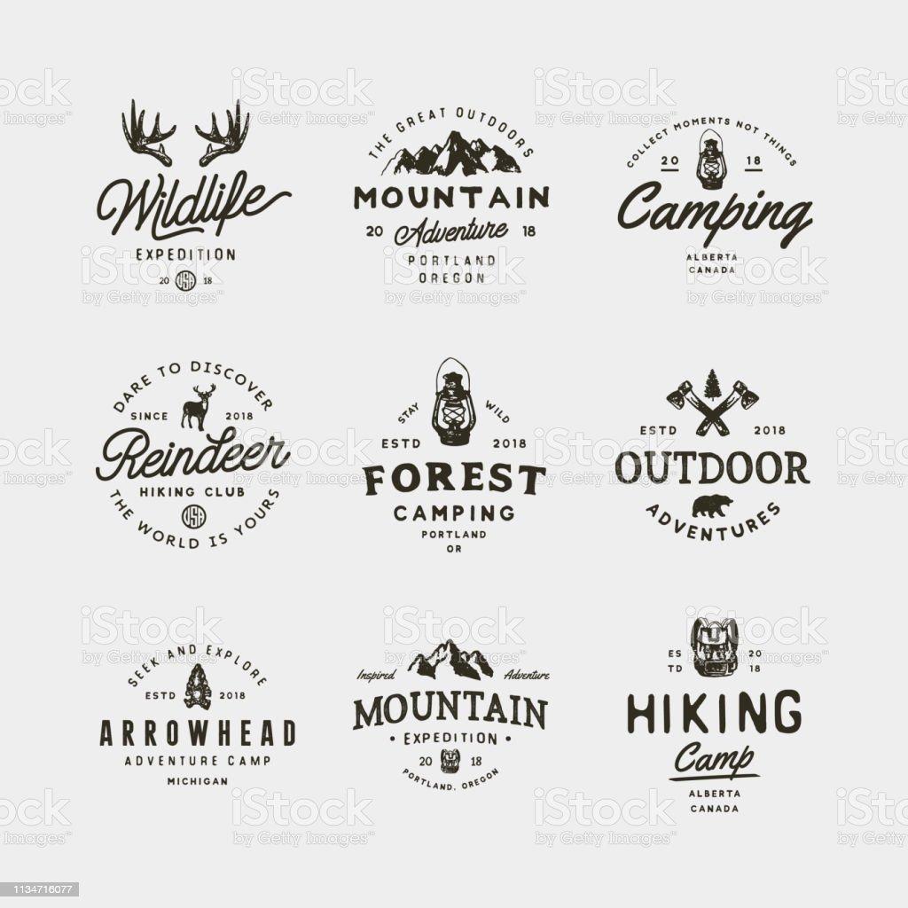 Set von Vintage-Wildery-Symbolen. Handgezeichnete Retro-Adventure-Embleme. Vektorabbildung - Lizenzfrei Abenteuer Vektorgrafik