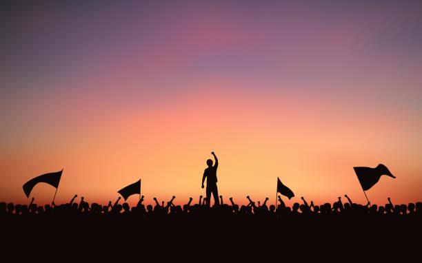 Silhouette Personengruppe Raised Fist und Fahnen zu protestieren, in flachen Icon-Design mit Abend Himmelshintergrund – Vektorgrafik