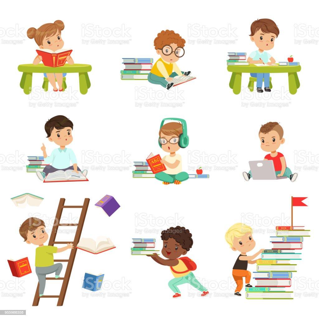Kluge kleine Kinder lesen Bücher gesetzt, niedlichen Kinder im Vorschulalter lernen und studieren Vektor Illustrationen auf weißem Hintergrund – Vektorgrafik