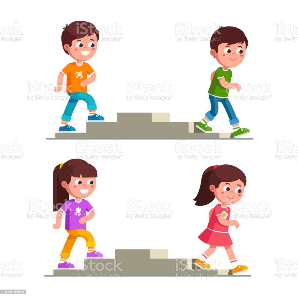 笑顔の男の子と女の子が階段の昇降ステップを作るします幼児幼年期の開発