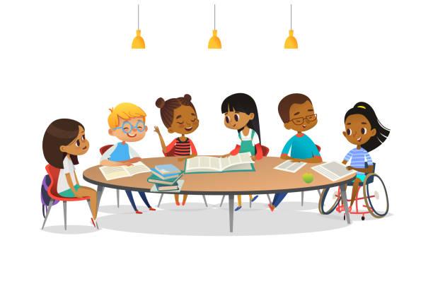 lächelnde behinderte mädchen im rollstuhl und ihre schulfreunde sitzen am runden tisch, lesen bücher und reden miteinander. konzept der inklusiven tätigkeit. cartoon vektordarstellung für banner. - kind stock-grafiken, -clipart, -cartoons und -symbole