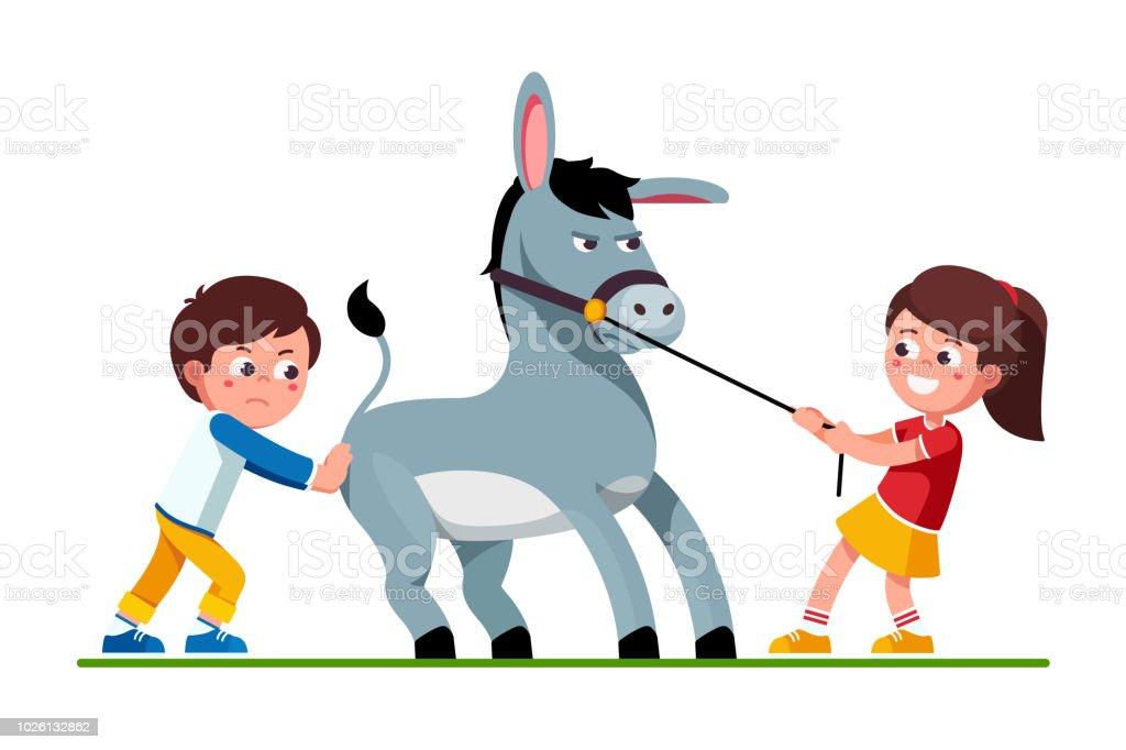 就学前の子供女の子頑固なラバや不幸な少年がそれを押して引いてを笑っ