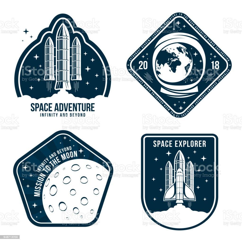 Raum-Badges mit Astronauten Helm, Raketenstart und Mond. Satz von Vintage Astronaut Label oder ein Patch für die Stickerei im Raumkonzept. T-Shirt Grafik, Emblem design – Vektorgrafik
