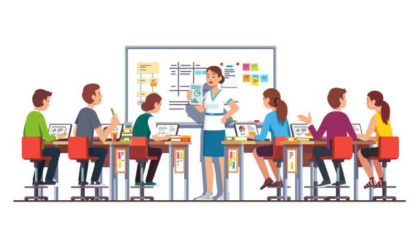 illustrations, cliparts, dessins animés et icônes de étudiants étudier et travailler sur les ordinateurs portables en classe de technologie moderne avec bureau et tableau blanc & écouter souriant enseignant leur donnant tâche. vector isolé plat - formation des adultes