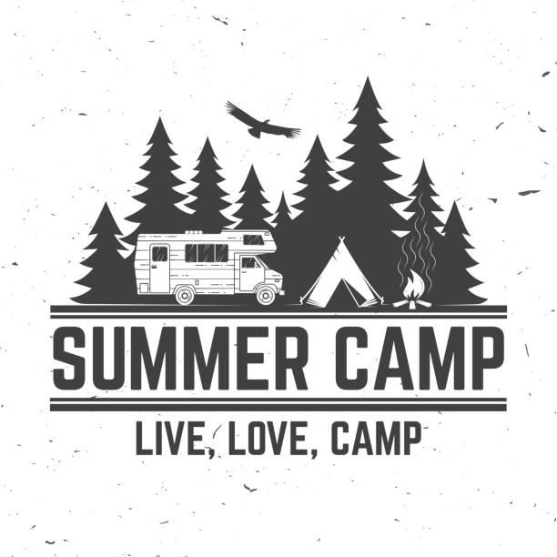 sommer-camp. vektor-illustration. konzept für hemd oder logo, print, stempel oder tee. - wohnwagenanhänger stock-grafiken, -clipart, -cartoons und -symbole