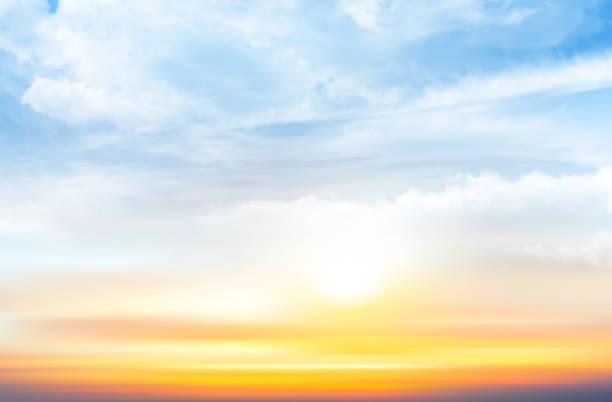 zachód słońca niebo tło z przezroczystymi chmurami. ilustracja wektorowa - zachód słońca stock illustrations