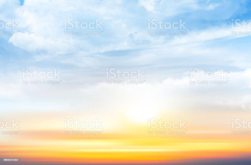 透明雲と夕焼け空の背景。ベクトル図 ベクターアートイラスト