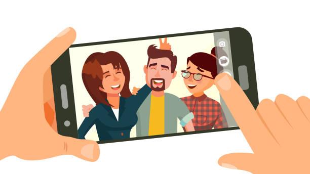 aufnahme auf smartphone-vektor. lächelnden freunde nehmen selfie. menschen posieren. hand mit smartphone. freundschaft-konzept. flache cartoon illustration isoliert - selfie stock-grafiken, -clipart, -cartoons und -symbole