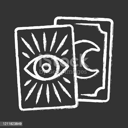 Icono de tiza de cartas de tarot. Tarocchi, tarock, oráculo jugando a las cartas. Adivinación, cartomanía. Magia, superstición. Oculta, herramienta mágica de brujería. Ilustración de pizarra vectorial aislada