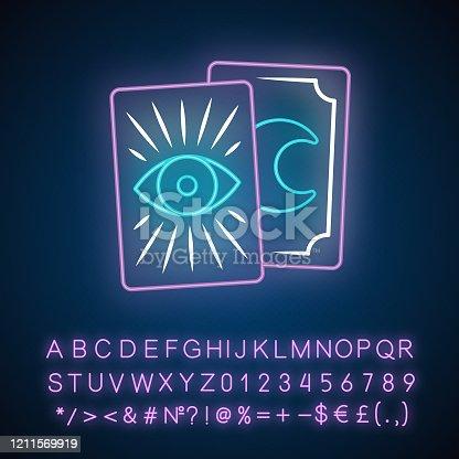 Icono de luz de neón de las cartas de Tarot. Tarocchi, tarock, oráculo jugando a las cartas. Adivinación, cartomanía. Magia y superstición. Signo brillante con alfabeto, números. Ilustración aislada vectorial