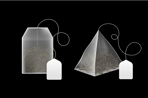 Tea bags realistic. 3d disposable beverage infuser bag and pyramid sachet with blank paper label, black and green dry leaves different types, rectangular and square package vector set