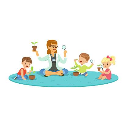 325483c6da0496 Leerkracht En Kinderen Zittend Op De Vloer Tijdens Plantkunde Les Te Leren  Over Planten Kinderen Kijken ...