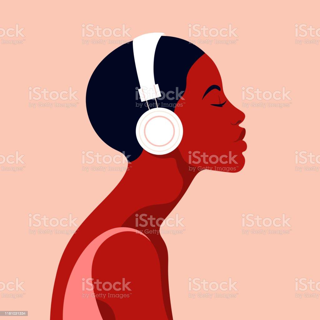 La jeune fille écoute de la musique sur des écouteurs. Musicothérapie. Profil d'une jeune femme africaine. Vue latérale d'avatar de musicien. - clipart vectoriel de Adolescent libre de droits