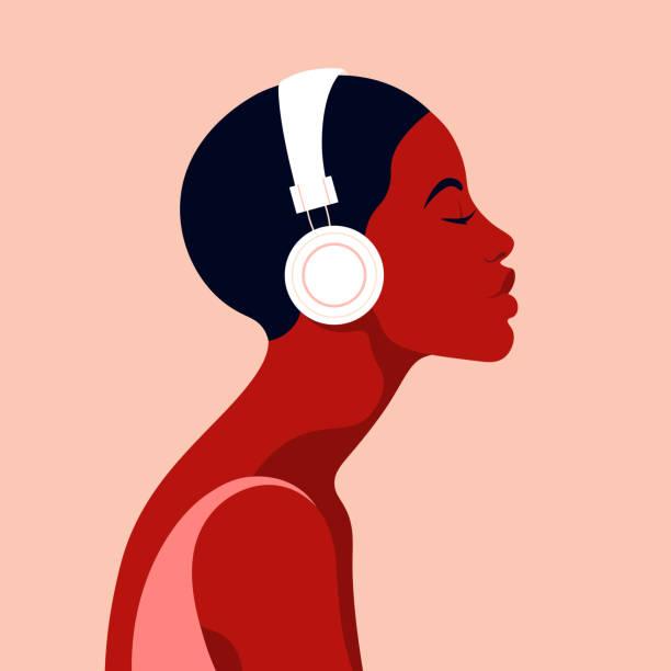 illustrations, cliparts, dessins animés et icônes de la jeune fille écoute de la musique sur des écouteurs. musicothérapie. profil d'une jeune femme africaine. vue latérale d'avatar de musicien. - musique