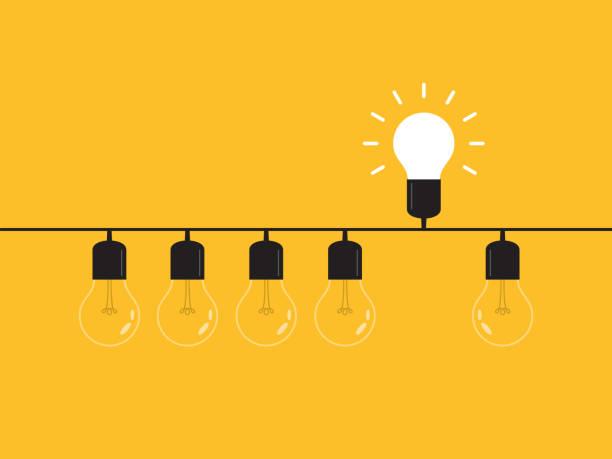 pomyśl inaczej, wyróżniający się z tłumu -grafika żarówki reprezentuje koncepcję biznesową. nowy pomysł, zmiana, trend, odwaga, kreatywne rozwiązanie, innowacyjność i unikalna koncepcja sposobu. - natchnienie stock illustrations