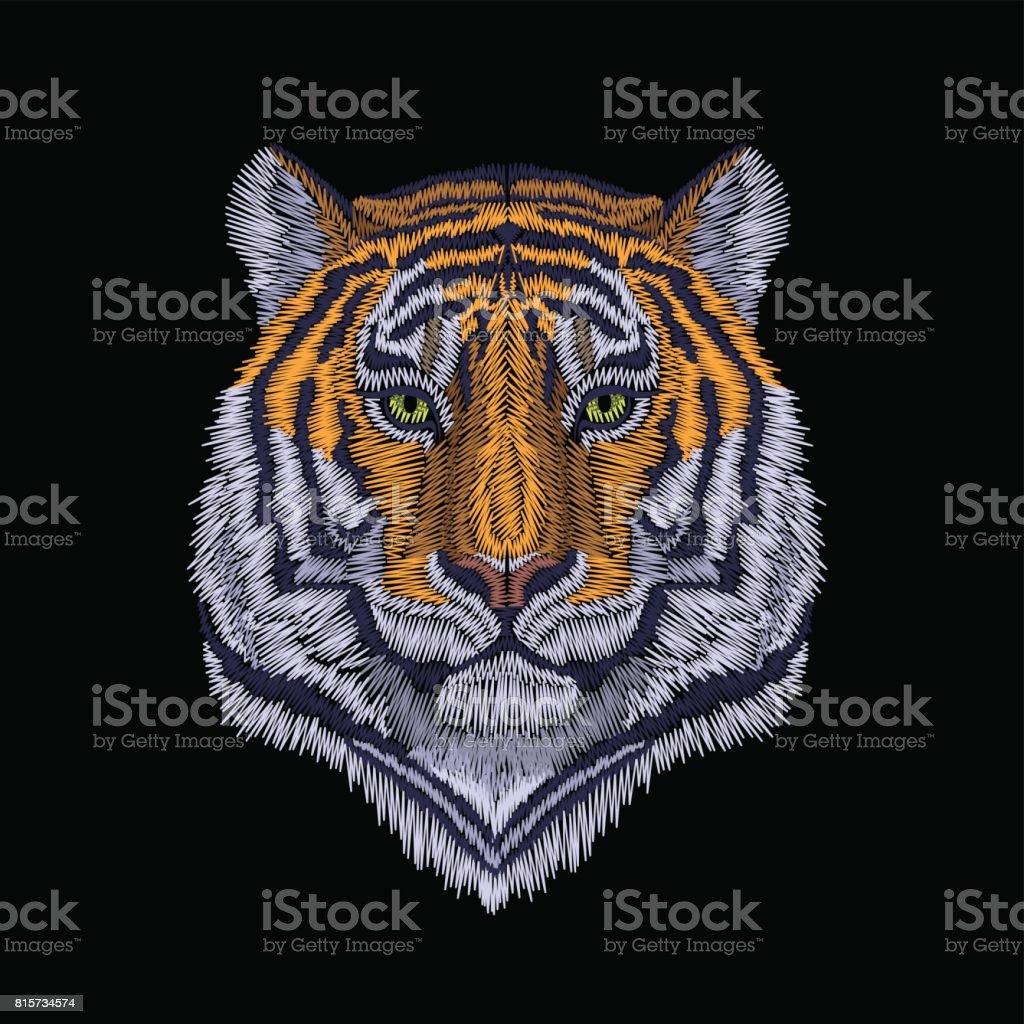 タイガーは、高貴な見つめて頭します。正面の刺繍パッチのステッカー。オレンジ ストライプ黒野生動物ステッチ テクスチャ絵柄はプリント。ジャングルのロゴのベクトル図 ベクターアートイラスト