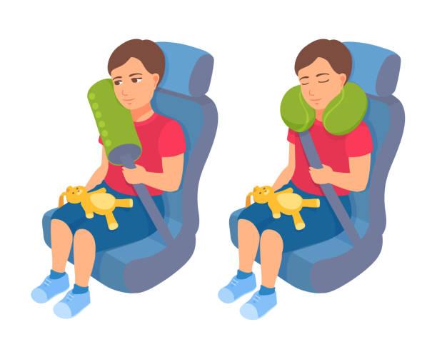 illustrations, cliparts, dessins animés et icônes de un garçon d'enfant en bas âge s'assied dans un siège de sécurité d'auto avec une ceinture de sécurité et un oreiller de cou de voyage. voyage en toute sécurité pour un enfant. un gamin dormant dans une voiture. - child car sleep