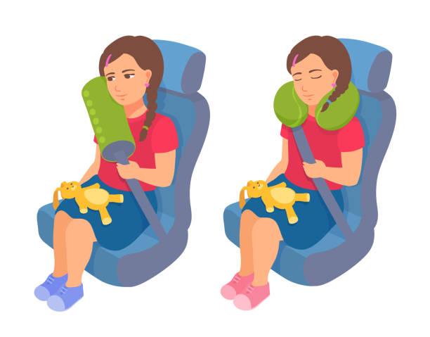 illustrations, cliparts, dessins animés et icônes de une fille d'enfant en bas âge s'assied dans un siège de sécurité d'auto avec une ceinture de sécurité et un oreiller de cou de voyage. voyage en toute sécurité pour un enfant. un gamin dormant dans une voiture. - child car sleep